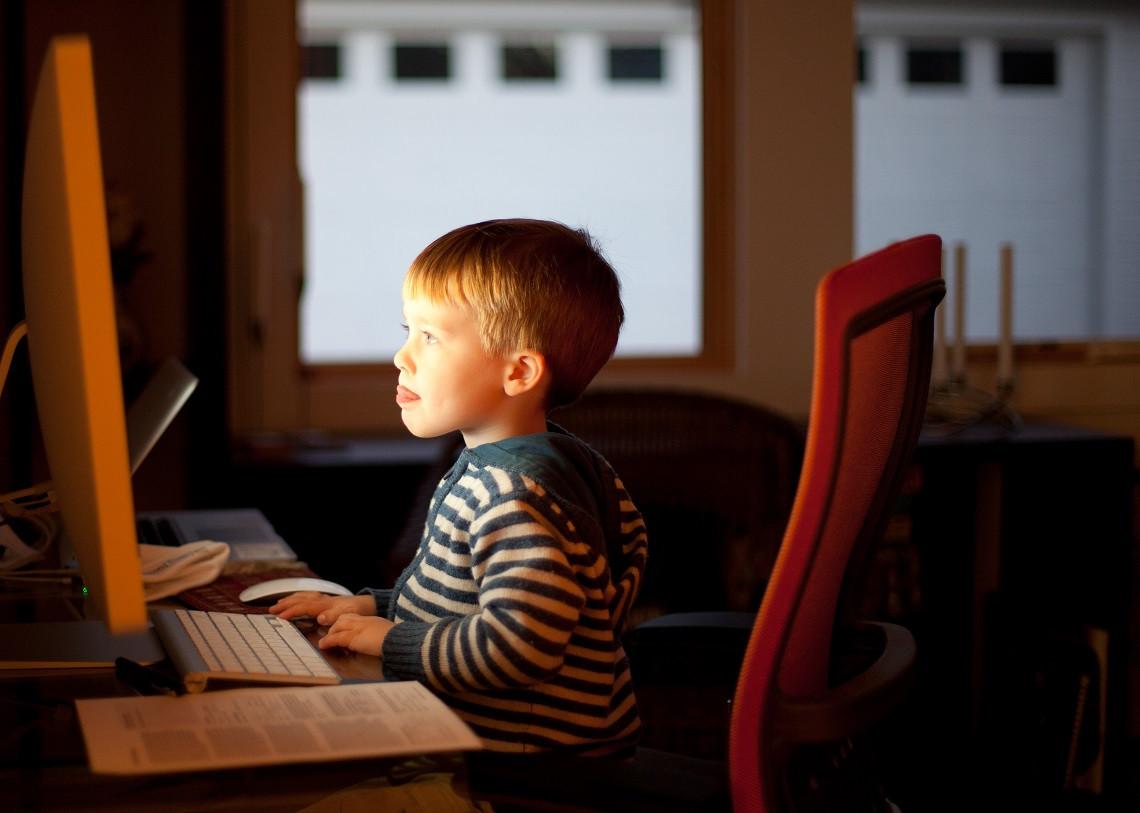 Avantages et inconvénients des écrans sur le développement des enfants